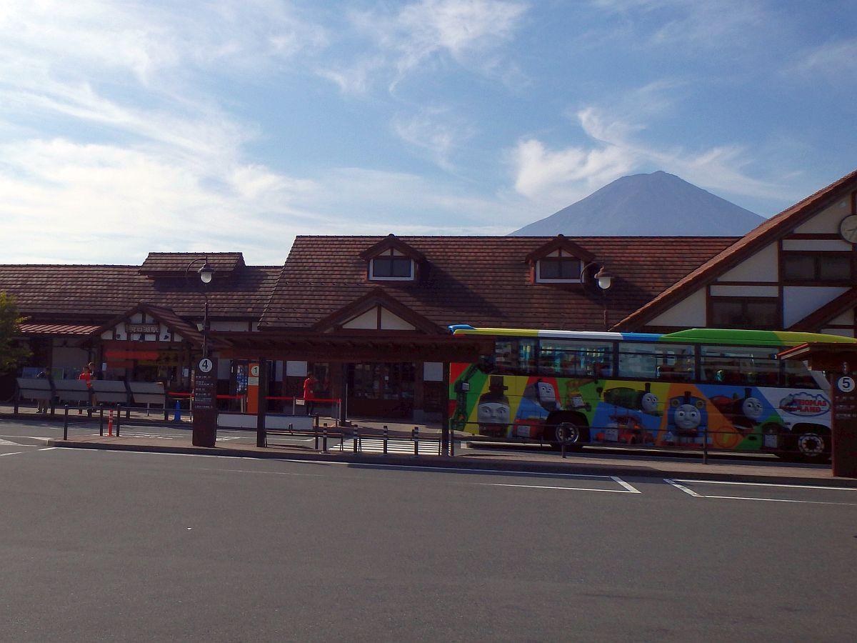 駅舎の奥に富士山
