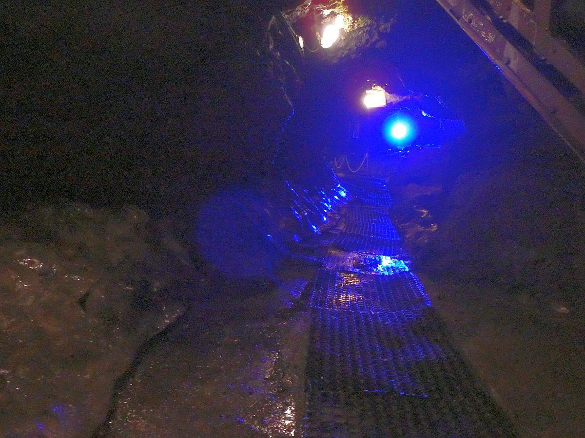 青色のライトで照らされた氷穴内部