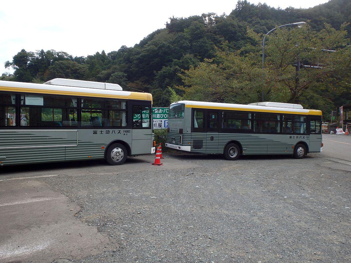 直列で停車する富士急バス