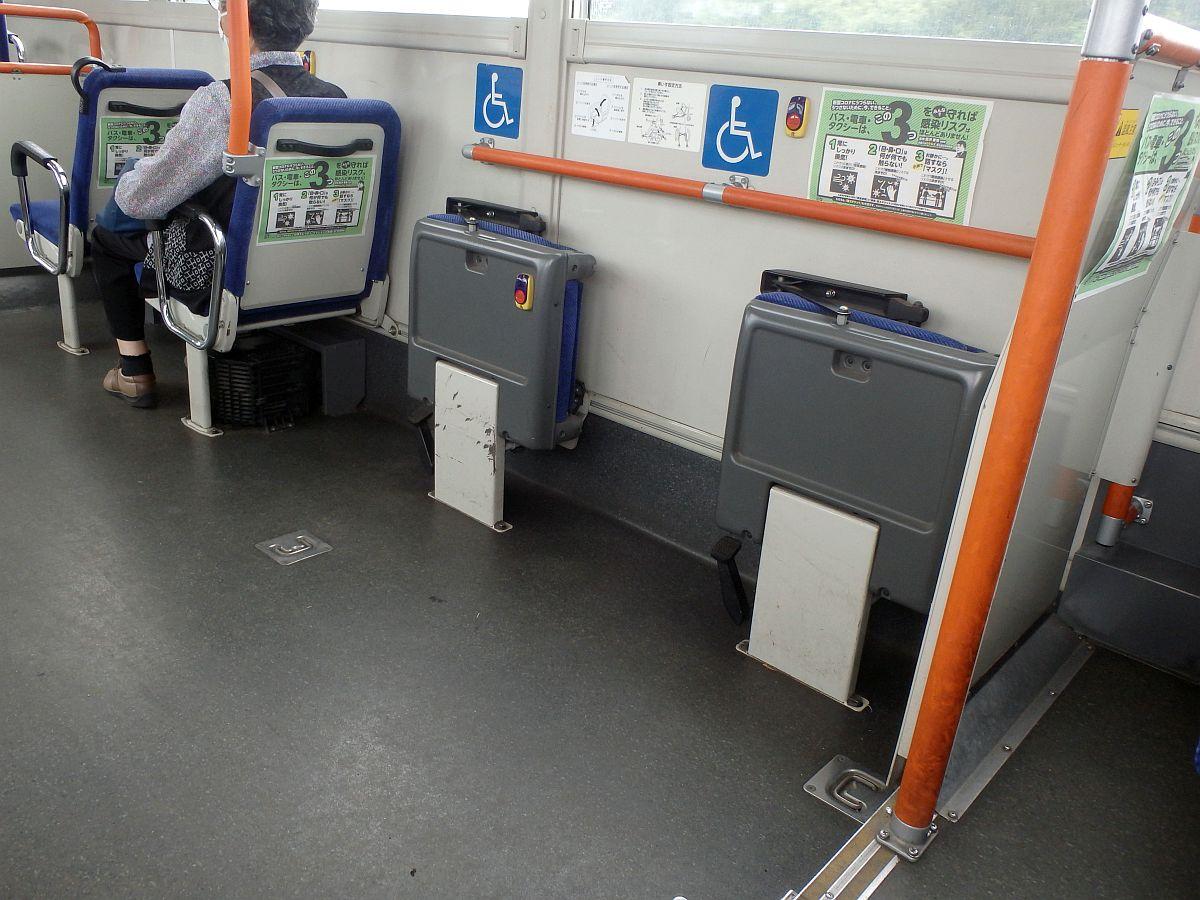 車椅子固定スペースにある椅子の裏側に降車ボタン