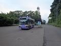 [路線バス][バス停]釜房ダム管理所前バス停で待機するバス