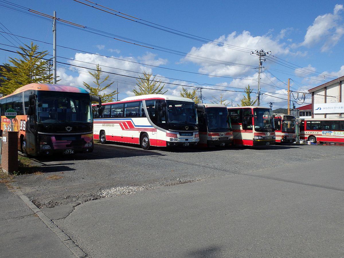 6台のバスが休んでいる
