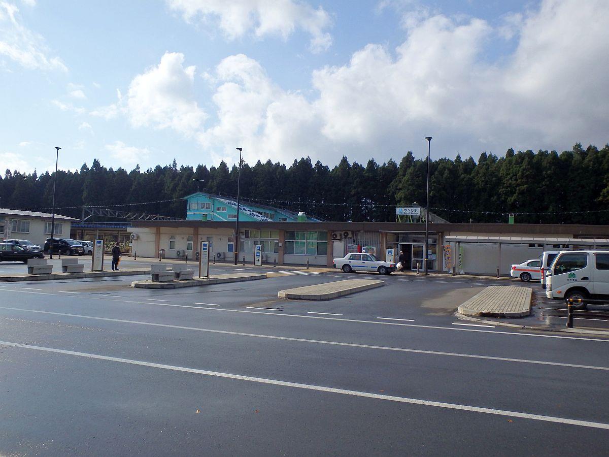 こじんまりとしたバスターミナルの向こうに駅が見える