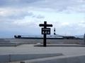 [遠景]大間崎看板と灯台