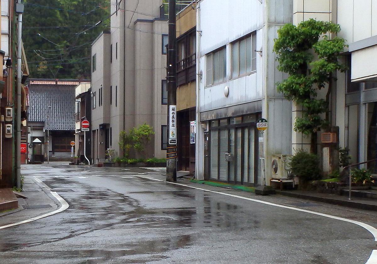 富山コミュニティバスのバス停側より撮影