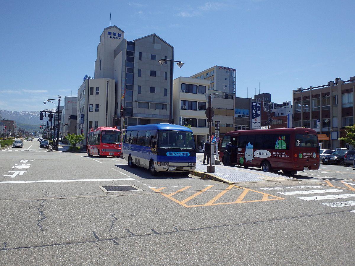 乗車した巡回バスのほかに、富山ろうさい病院行や片貝ルートのバスが停車していた。