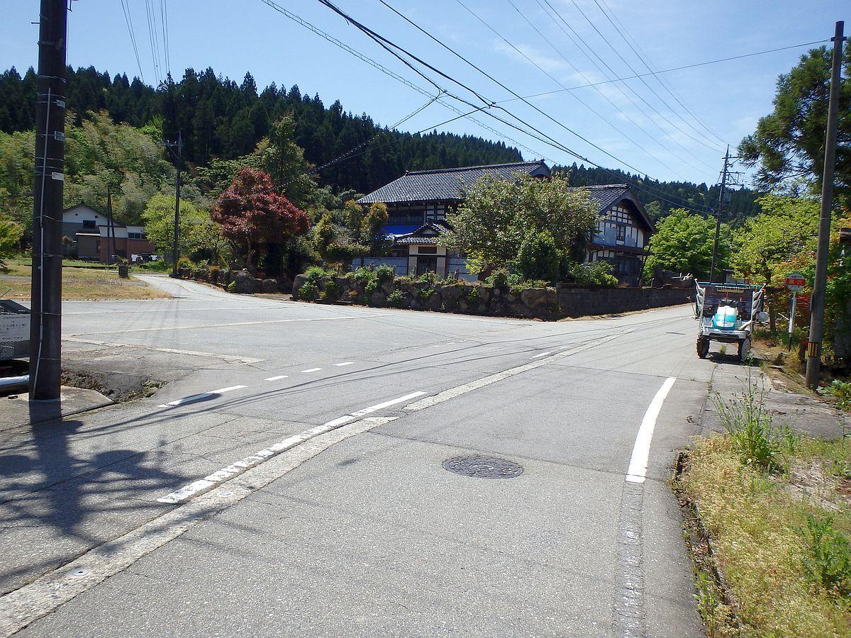 バス停前には田植え機が置かれている。