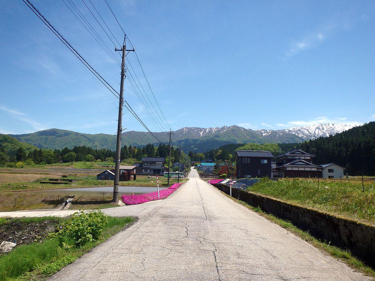 遠くに見える山々には残雪が残る。
