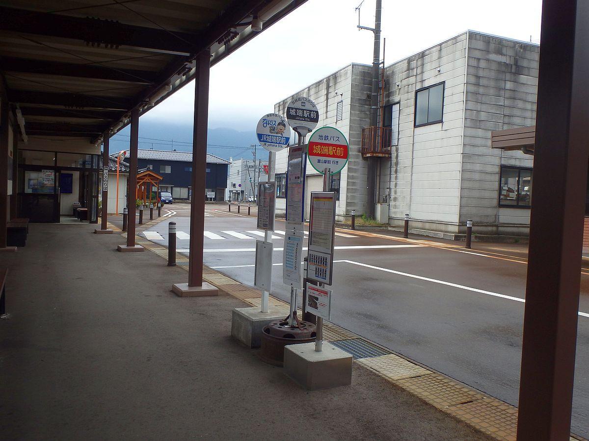 奥から順に、なんバス、加越能バス、地鉄バス。