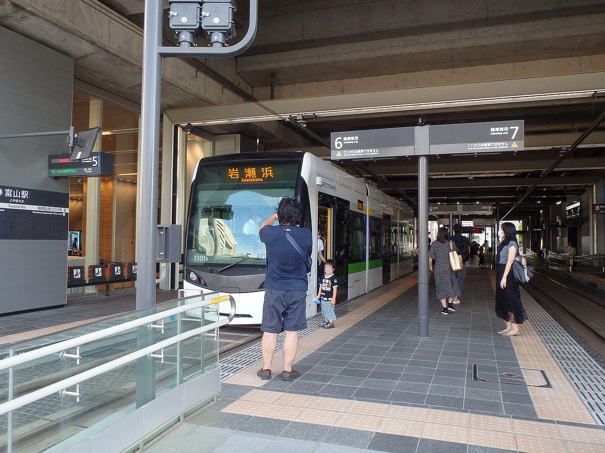 富山駅にて