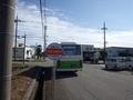 [バス停][路線バス]新保企業団地バス停と去り行くバス