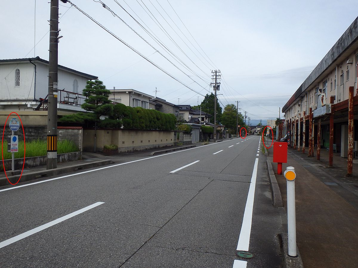 左隅に高志園町北バス停、中央奥に降車場、右側に水橋東部団地バス停