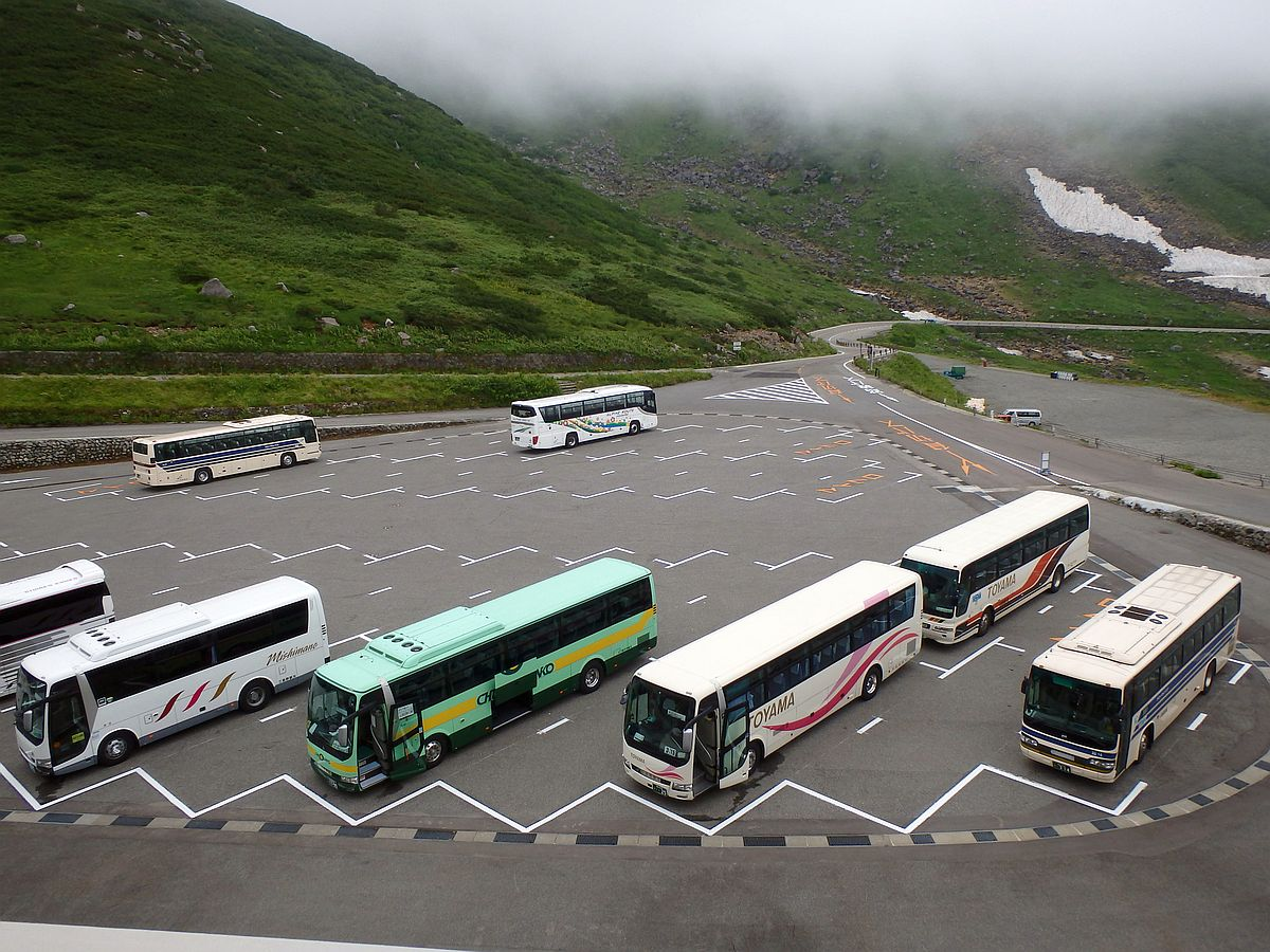 写真には8台のバスしかいない