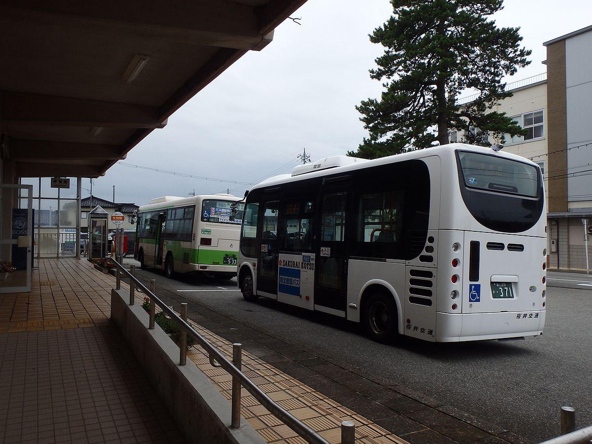 前方が地鉄バスの「外回り」、後方が桜井交通の「内回り」