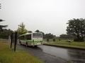 [路線バス][バス停]富山霊園前バス停と回送で出発するバス