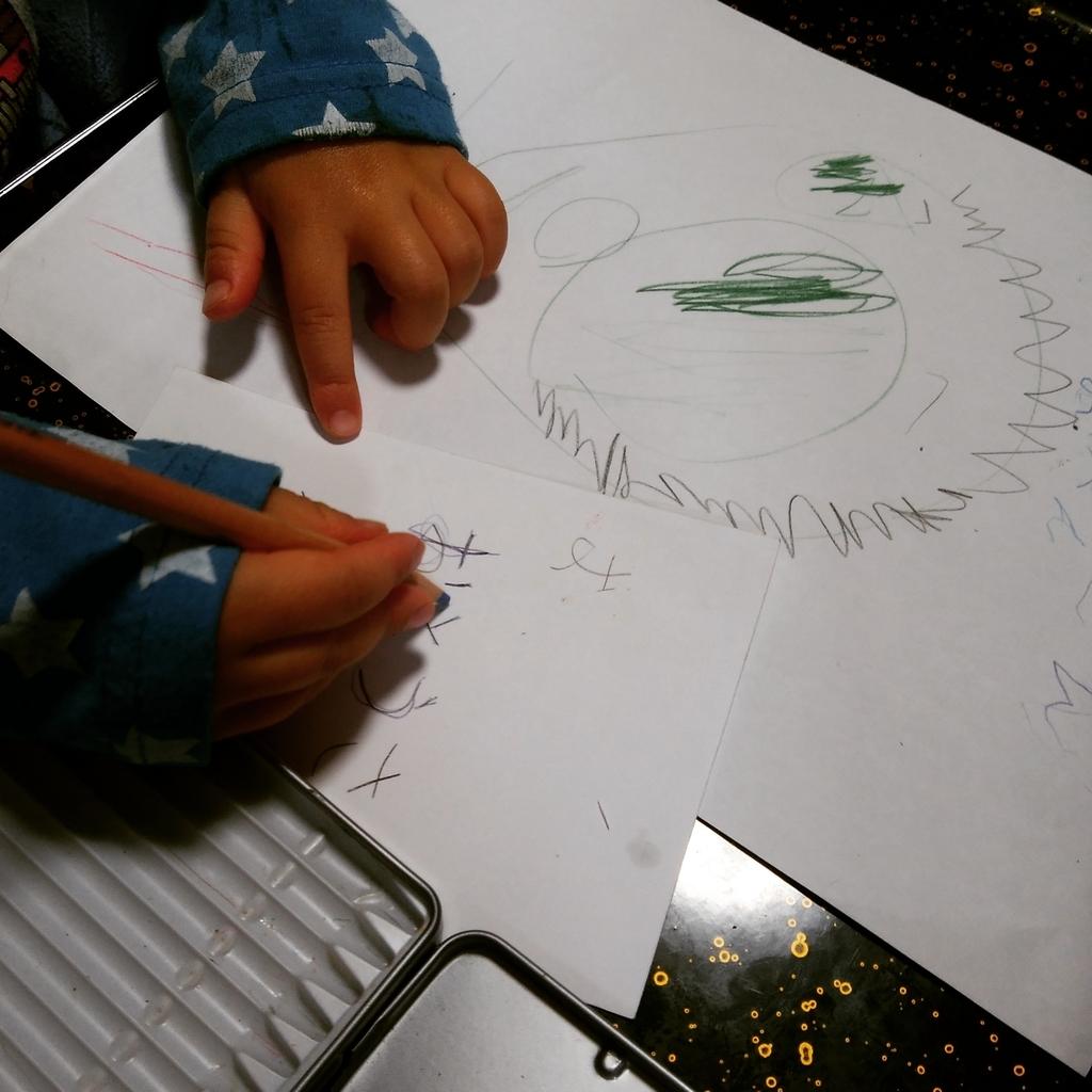 絵日記を描いている4歳の幼児の写真