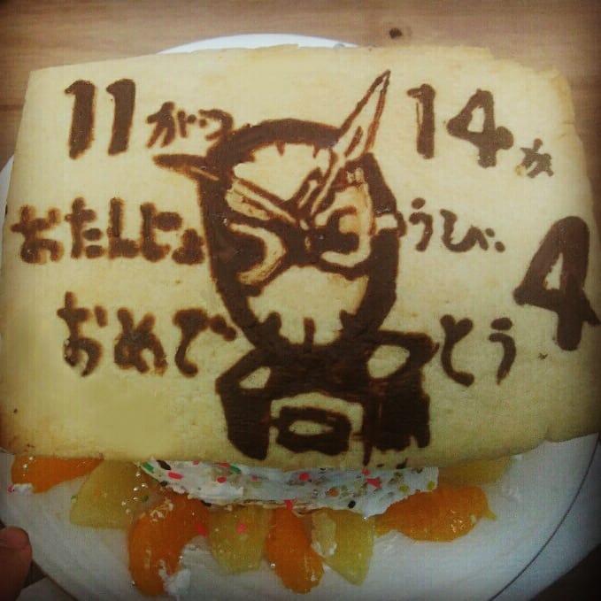 お母さんが手作りした4歳のお誕生日用の仮面ライダージオウのお誕生日ケーキ。イラストクッキーを生クリームのミカン、パインのせショートケーキに飾ったもの。
