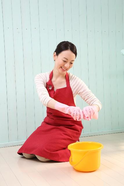 雑巾を絞る女性