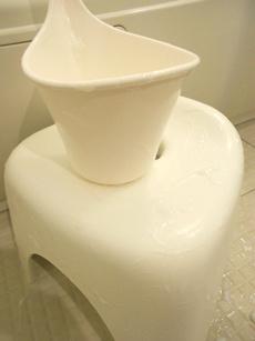 おそうじ石鹸スライム(プリン状石鹸)でお風呂場のイスをそうじ