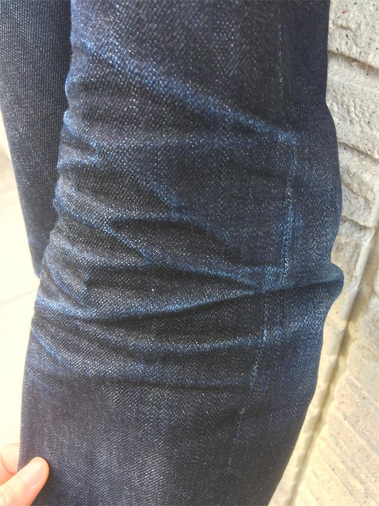 ユニクロセルビッジジーンズ4ヶ月の色落ち膝回りサイド