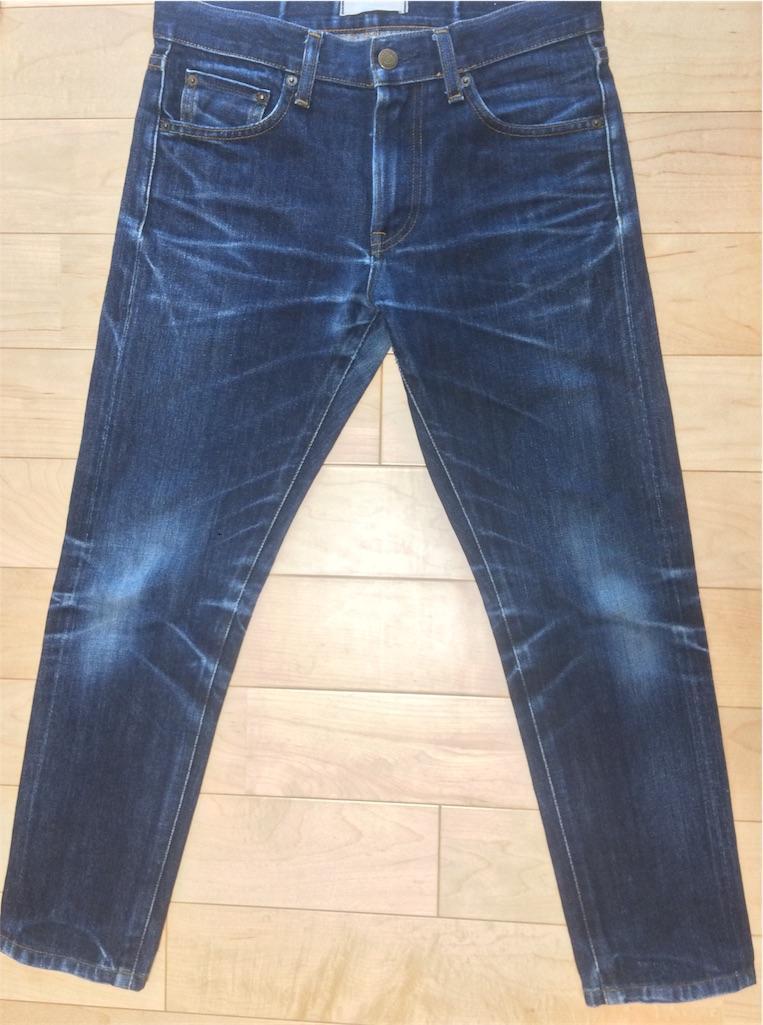 ユニクロセルビッジジーンズ穿き込み9ヶ月洗濯後屋内撮影