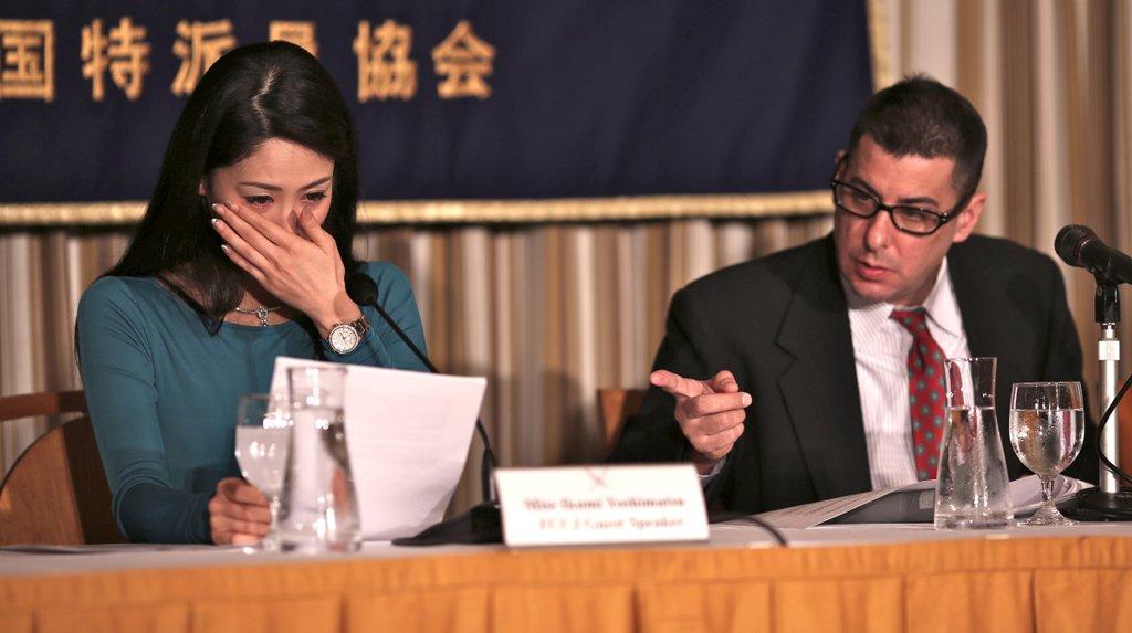 画像:涙を見せる吉松育美氏と会見を仕切るジェイク・エーデルスタイン氏