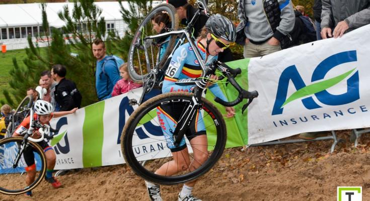 画像:自転車を担ぐファンデンドリーシュ