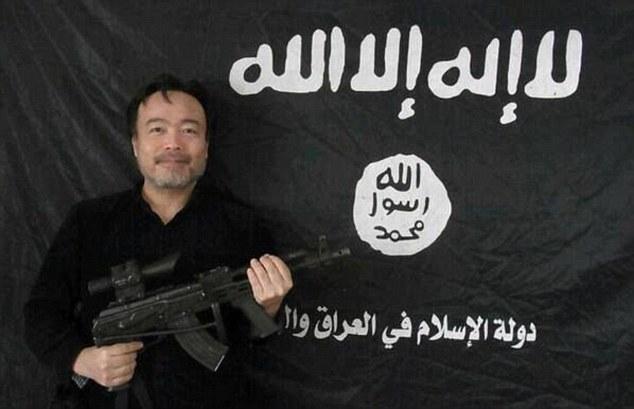 画像:機関銃を構える常岡氏
