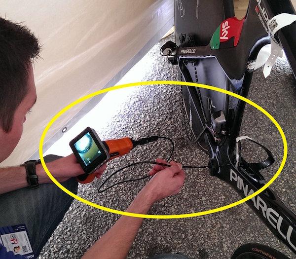 画像:キリエンカ(チームスカイ)のバイクを検査するUCIの職員