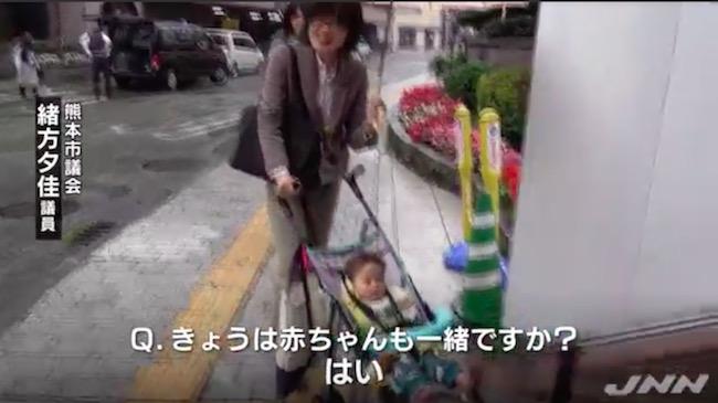 画像:乳児を確信犯的に議場に連れ込む緒方・熊本市議