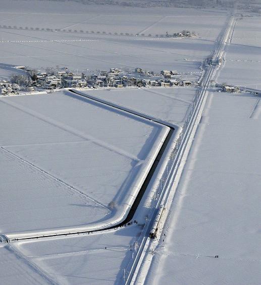 画像:信越線で立ち往生した電車の上空からの写真