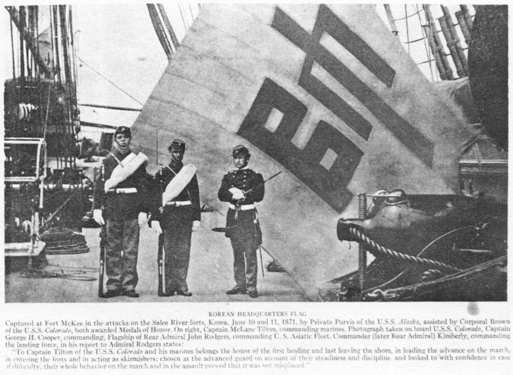 画像:辛未洋擾(シンミヤンヨ)の戦利品である『帥字旗』を見せるアメリカ軍