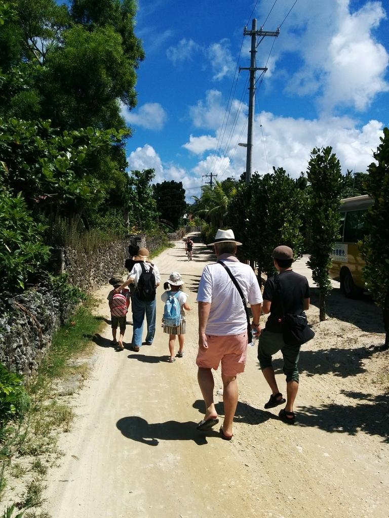 2017年石垣島でリラックスして散策を楽しむメンバーと美しい夏空
