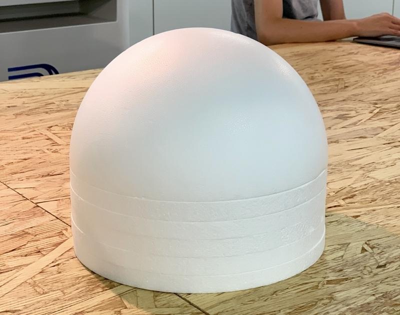 半球状とディスク状の発砲スチーロールを組み合わせて整形