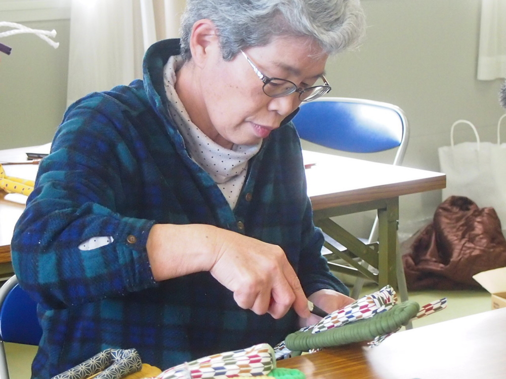 ふっくら布ぞうり編み手職人さん