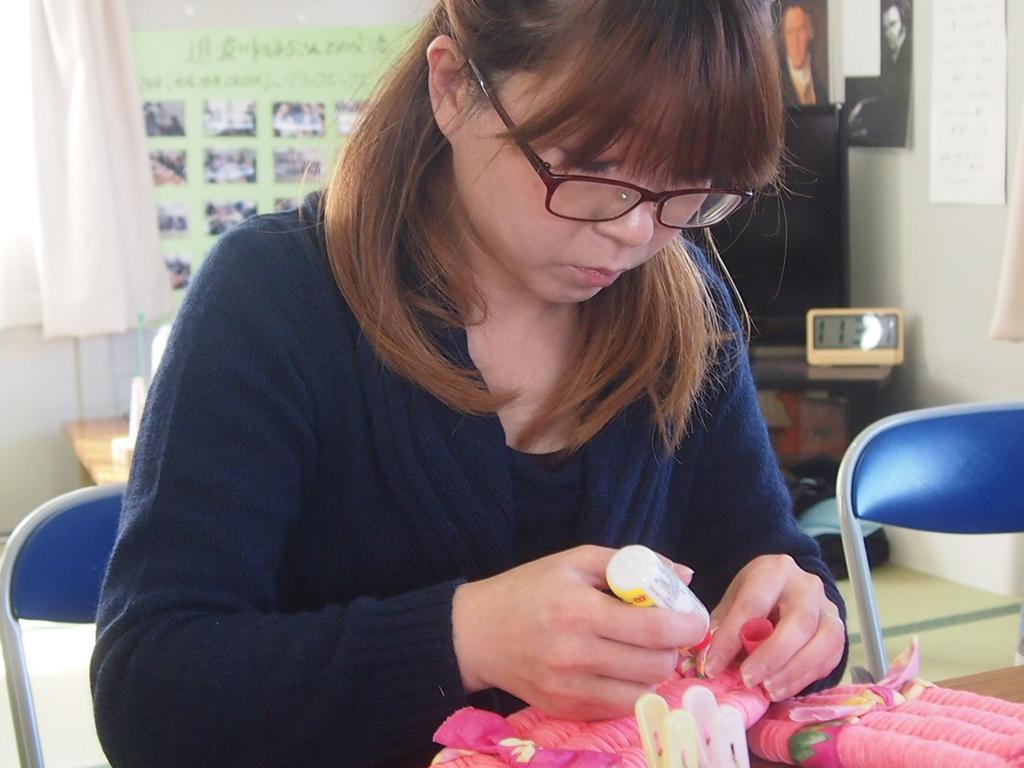 ふっくら布ぞうり編み手職人が実際に編んでいるところ