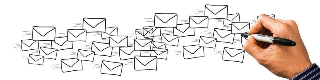 たくさんのメールが書かれる場面