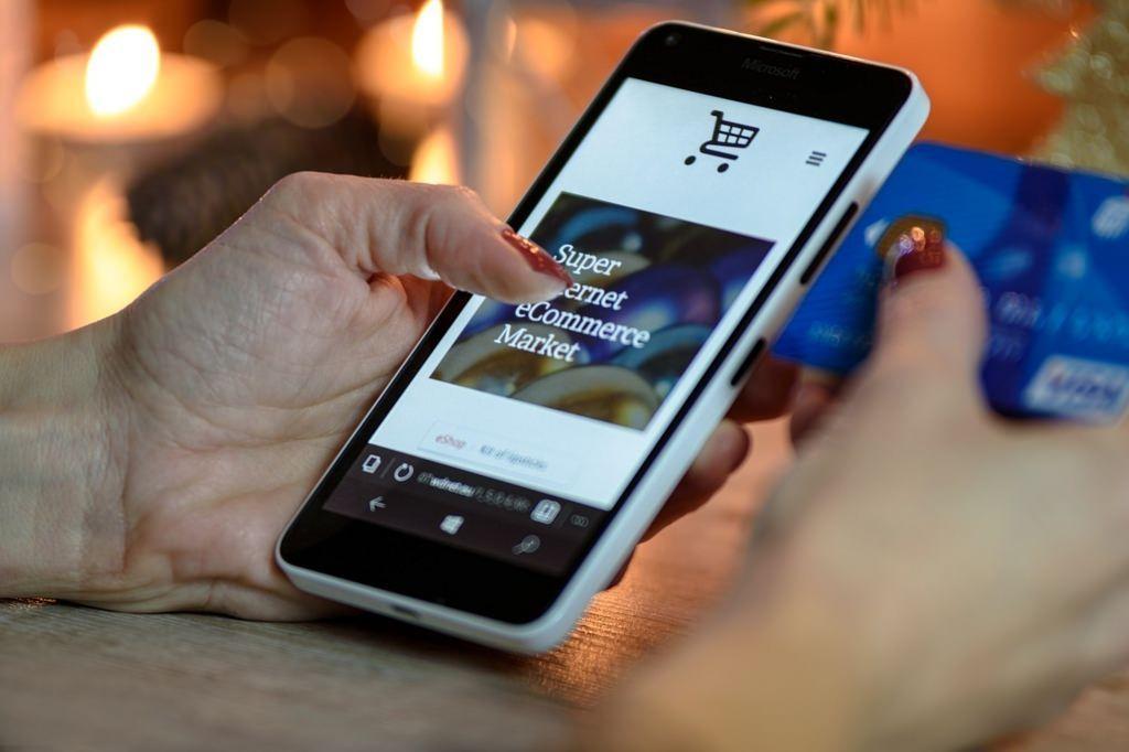 スマートフォンで商品を購入する様子