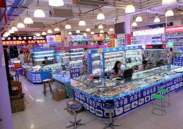 深圳 華強北の電気街の一部