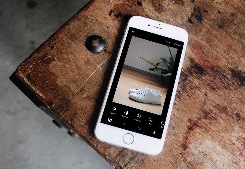 iPhoneで画像編集アプリ「VSCO」を操作しているところ