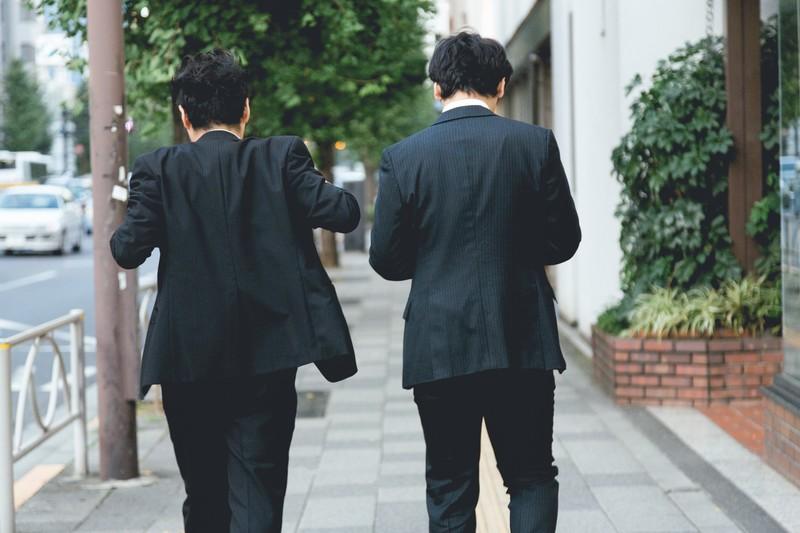 ふけが目立つ黒いスーツ
