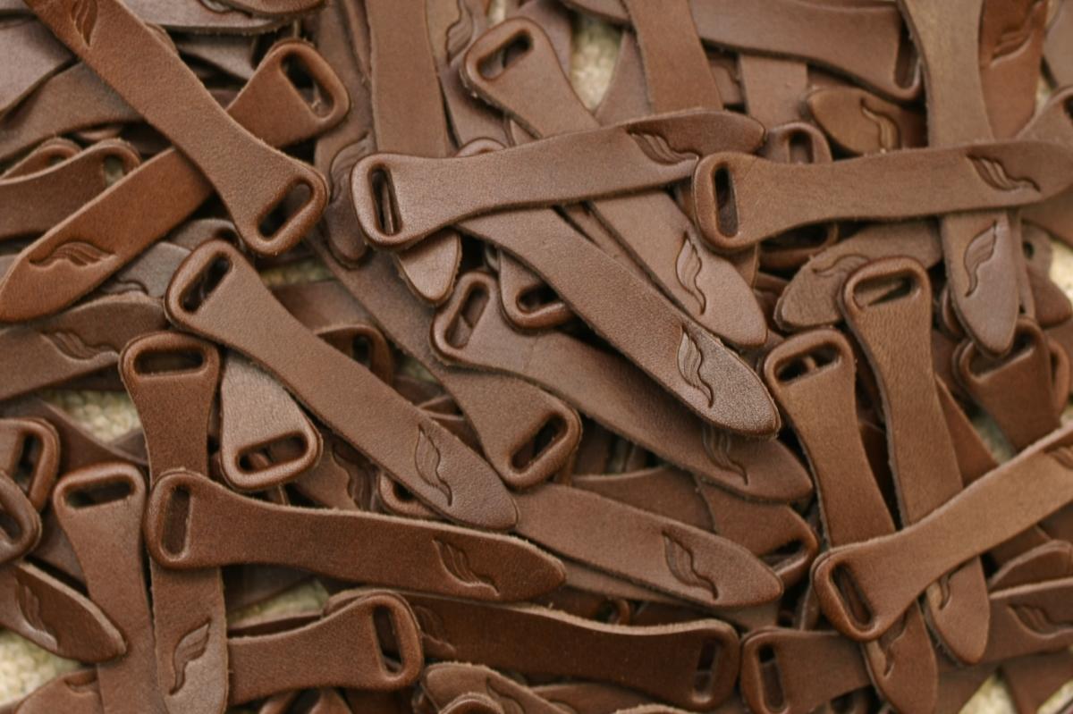 革の引手をオリジナルロゴを刻印しオーダー製作。