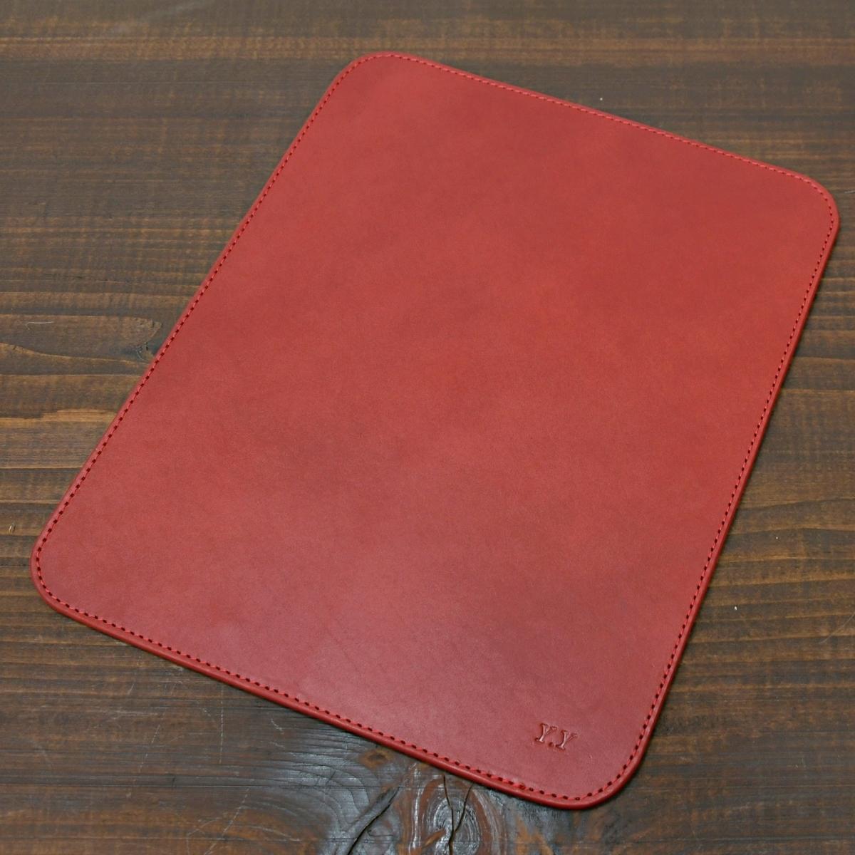 赤色のヌメ革でマウスパッドのオーダーメイド。
