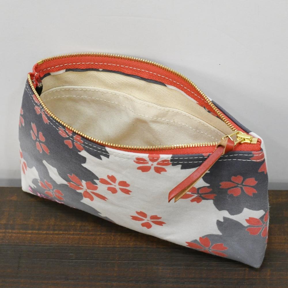 桜柄の浴衣生地に刺繍二か所でオーダーポーチ製作