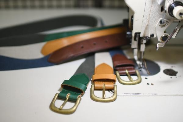 カラーオーダーのコットン×ヌメ革のベルト。