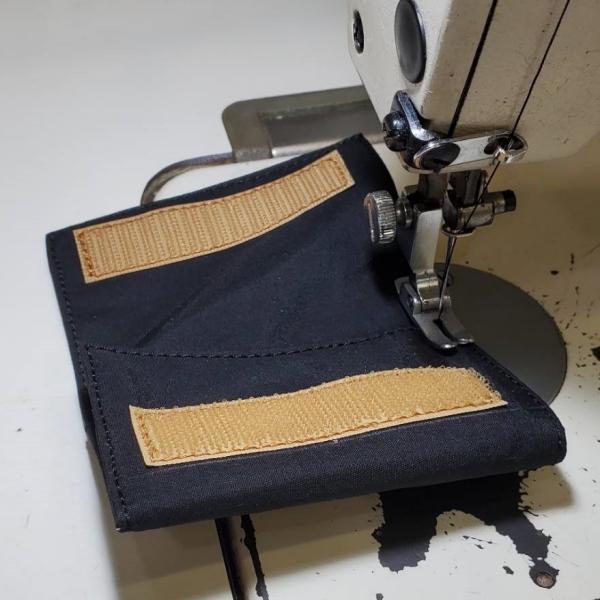 春から秋にかけてよく売れているナイロンの三つ折り財布。