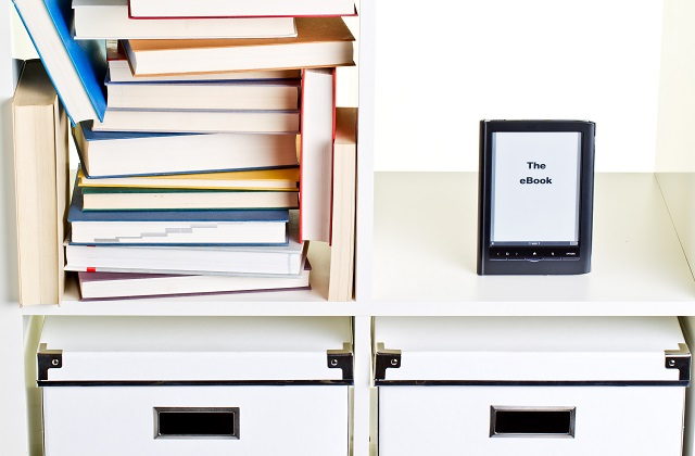 e-book reader im regal neben bcherhaufen