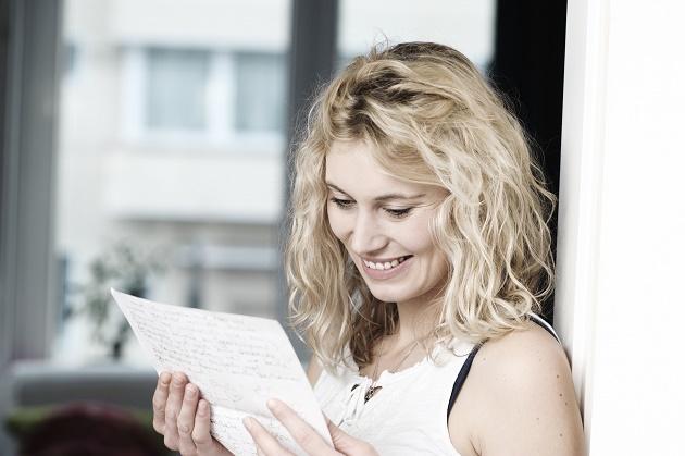junge Frau liest Brief