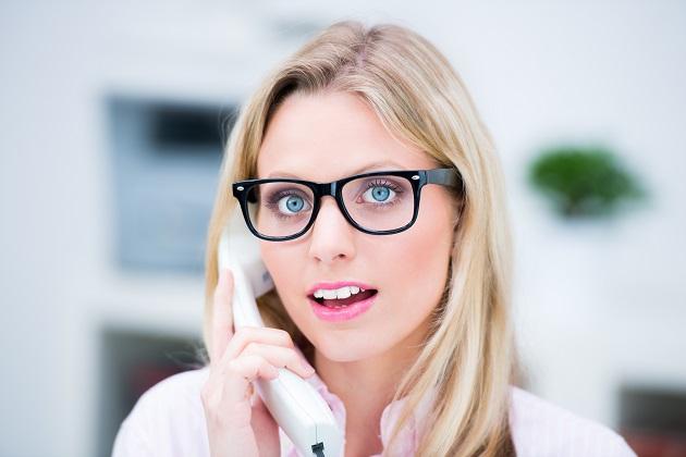 junge frau sprachlos am telefon