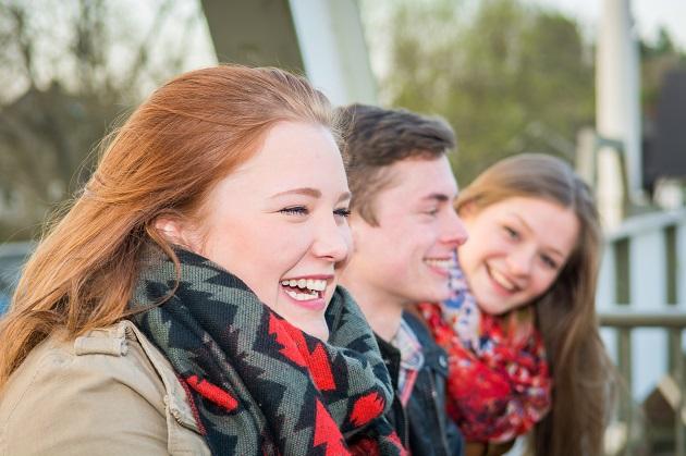 glücklich lachende gruppe